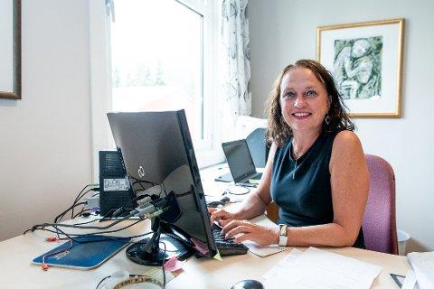 DRIVER POPULÆR SKOLE: Rektor Haldis Brubæk forteller at skolen pleier å få inn rundt 400 søknader hvert år. 108 av disse får tilbud om skoleplass.