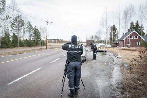 SATTE OPP LASEREN: Fredag formiddag gjennomførte utrykningspolitiet (UP) flere fartskontroller på Øvre Romerike.