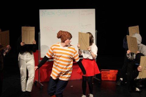 TILPASSET VÅR TID: Gummi-Tarzan spilles av Camilla Selmer. Forestillingen spilles i auditoriet på Jessheim videregående skole 10.- 13. februar.