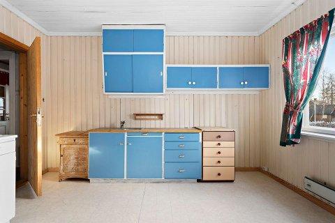 ELDRE KJØKKEN: I boligens førsteetasje er det blant annet et separat kjøkken, samt en egen spisestue og stue.