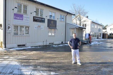 ALENE IGJEN: De andre næringsdrivende i bygget ved Trondheimsvegen på Jessheim har stengt dørene i 14 dager. Den nyetablerte kvinneklinikken Femini  holder så langt fortsatt åpent, sier lege Martin Dudziak Sørensen.
