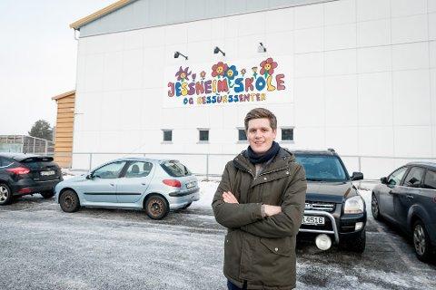 BEKYMRET: Hovedutvalgsleder for skole og barnehage i Ullensaker, Lars Hjetland, er bekymret etter varselet fra lærere ved Jessheim skole og ressurssenter.