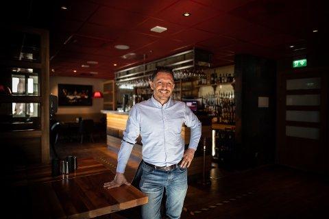 SATSET TI MILLIONER KRONER FØR KORONAEN: Daglig leder ved Bowlers på Jessheim Turgay Yeser har ikke tenkt til å gi opp livsverket sitt. Han håper gjestene snart er på vei tilbake til byens restaurantliv.