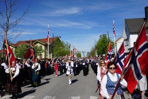 AVLYST: Til tross for at barnetoget på Jessheim er avlyst, blir det både korpsmusikk og taler 17. mai. Bildet ble tatt 17. mai 2019.
