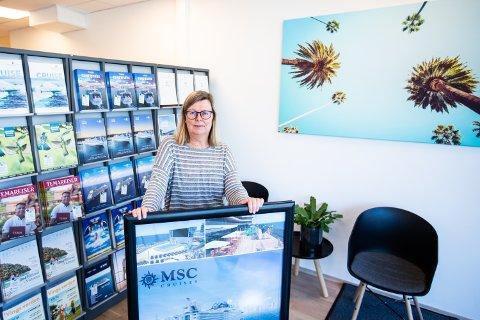 GIR GRUNDIG VEILEDNING: Byråleder hos Berg- Hansen reisebyrå på Jessheim Laila Davies har fått mange henvendelser fra kunder som allerede har bestilt reiser de nærmeste månedene, og som lurer på hvordan de skal forholde seg videre.