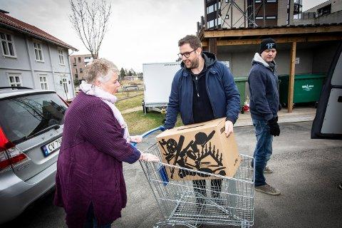 OVERVELDET: Ullensaker frivilligsentrals leder Rita Fjeld Hovden, ble overveldet over den søte leveransen Haakon Dagestad i Travel Retail Norway AS kom med siste dag før påske.