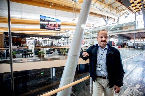 FØLGER MYNDIGHETENES RÅD: Per-Rune Lunderby, kommersiell direktør i Avinor, forklarer at flyplassen og samtlige av deres samarbeidspartnere følger FHI sine råd. Den siste tiden har det derfor blitt innført en rekke smittevernstiltak.