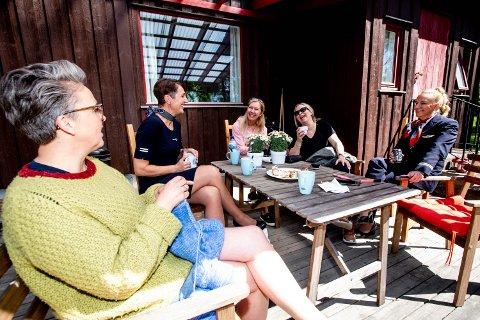 NY TILVÆRELSE: Kabinsjefene i Norwegian ble flyttet fra flybasene i Trondheim, Stavanger og Bergen for å jobbe fra Oslo. Nå bor de i kollektiv på Gardermoen langt unna mann og barn. Fra venstre: Andrine Hestad, Beate Vinkler Rasmussen, Agneta Nissen, Anita Johannessen og Hege Eldholm.