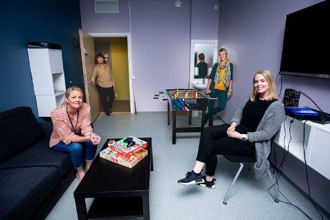 DIGITAL HELSEHJELP: Spesialpedagog Astri Hodne (foran), psykolog Camilla Føreide, enhetsleder og overlege Nu Thuc Khanh Ton og seksjonsleder og overlege Heidi Ebbestad ved BUP Øvre Romerike har økt antall konsultasjoner under kronatiden.