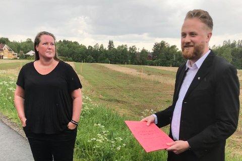 MØTTE ORDFØREREN: Onsdag inviterte Linda B. Mohn ordfører Eyvind Jørgensen Schumacher til Fladbyseter, for å snakke med naboene som vil bli berørt av den planlagte utbyggingen i området.