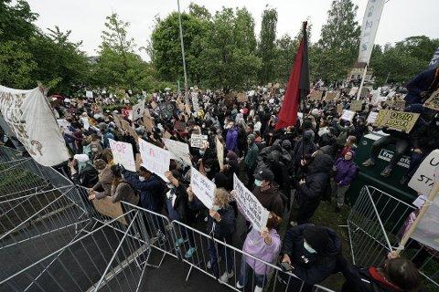 MARKERES I ETTERMIDDAG: Onsdag ettermiddag skal det være en fredelig markering mot rasisme utenfor Rådhuset i Ullensaker. Dette bildet ble tatt under demonstrasjonen med samme tema i Oslo for to ukers tid siden.