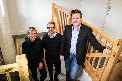 BEVEGELSE I MARKEDET: : People- Avdelingen på Jessheim drives av daglig leder Aksel Gregersen (t.h), Thomas Jømne og Lene B. Finstad.  Kontoret startet opp rett før koronautbruddet. Nå ser de at arbeidsmarkedet er på vei til å åpne opp igjen.