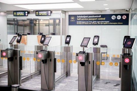 Politiet har ingen planer om å øke bemanningen av passkontrollen på Gardermoen, men vil slippe enkelte gjennom uten kontroll hvis køene blir for lange.