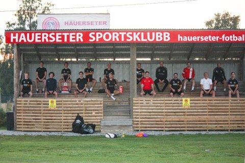 PÅ TRIBUNEN: Spillere og trenere i Hauerseter SK stålsetter seg på at det ikke blir lov å spille fotball som normalt i 2020.