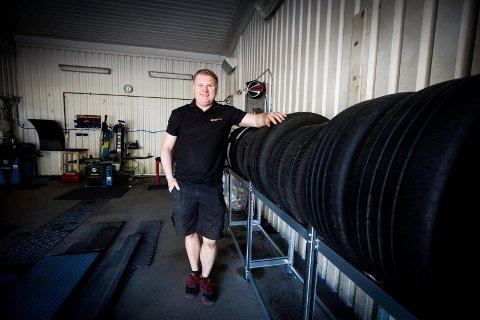 – LA FAMILIEN BLI HJEMME: Daglig leder Kenneth Nordahl ønsker at folk kommer alene for å skifte dekk på bilen i høst. – Av hensyn til smittevern, er det fint om ikke hele familien er med, påpeker han.