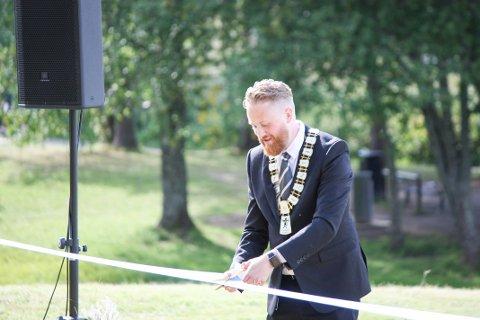 OFFISIELL ÅPNING: Ordfører Eyvind Jørgensen Schumacher (Ap) klippet snoren og markerte den offisielle åpningen av kunstverket «Broken Thrones».