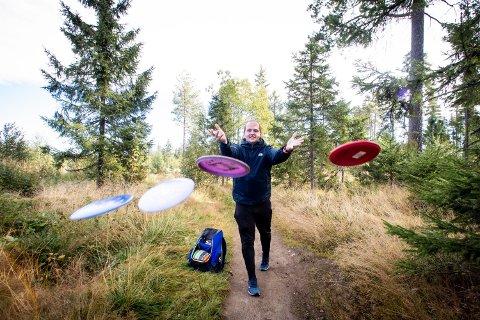 DISKGOLF PÅ HJERNEN: Stig-André Nysveen spiller diskgolf flere ganger i uka. Nå drømmer han om å lage en komplett bane på hjemstedet.
