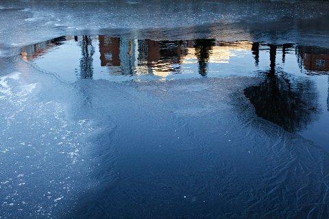 EGET ANSVAR: Ullensaker kommune minner om at ferdsel på isen på Nordbytjernet skjer på eget ansvar.