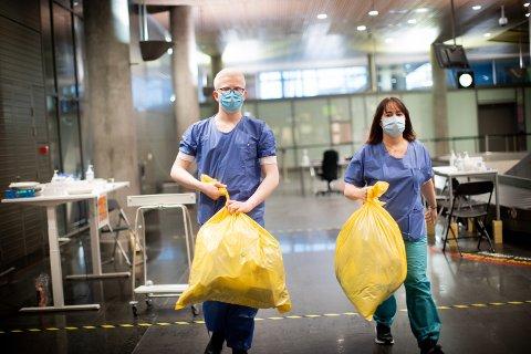 HAR FÅTT SIN FØRSTE JOBB: 17 år gamle Per Emil Enger-Rustad (t.v) har ingen erfaring fra helsevesenet, men har likevel fått muligheten til å bidra på teststasjonen. Her er han sammen med leder Yvonne Adolfsen.