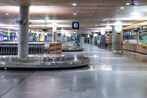 BERØRES IKKE: Det er ofte folketomt i hallene på landets hovedflyplass om dagen, men det muterte viruset gir ikke ytterligere konsekvenser for flytrafikken, ifølge Avinor.