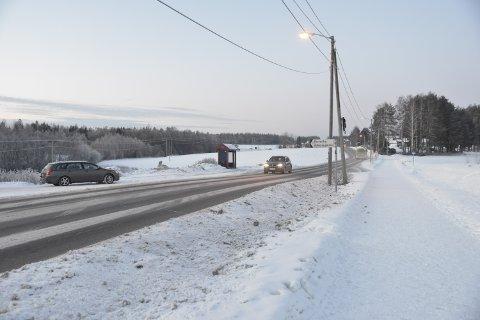 ØNSKER UNDERGANG: Jessheim-beboer Annette Velde Sande ønsker seg en undergang for gående og syklende i dette krysset i Trondheimsvegen.