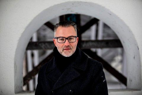 """AKTUELL: Thomas Enger fra Jessheim er aktuell med krimboka """"Galgens bok"""". Men, skriveprosessen har vært langt fra enkel for forfatteren."""