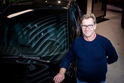 – BLIR UTROLIG SPENNENDE: Plassjef Finn-Ole Mikalsen sier han er spent på hvordan det nye bilmerket vil bli tatt imot. – Jeg tror det kommer til å selge veldig bra.