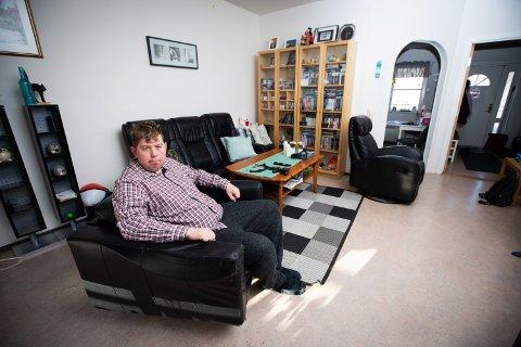 FORVILET: Sindre Rønning (26) bor i kommunal leilighet på Jessheim, men får ikke lenger kommunal bostøtte. Med bistand og økt strømregning må ha ut med rundt 12.000 kroner i måneden.