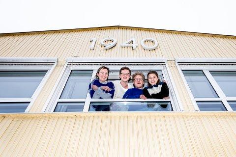 VED GODT MOT: Helmine Mathilde Edvardsen, Lavrans Kippersund, Bastian Gunnson Brauer og Vilma Brandsæter Vik tilbringer vinterferien på Romerike Folkehøgskole uten sure miner.