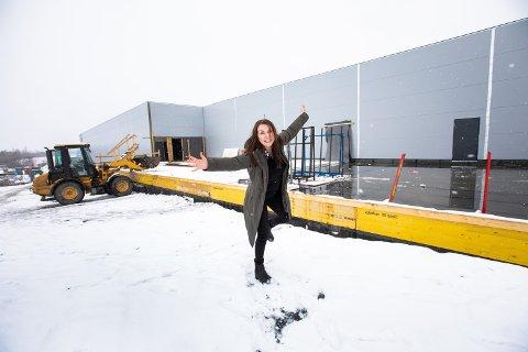 KAN IKKE VENTE MED Å FLYTTE INN: Daglig leder i Møbelringen Jessheim, Kjersti Solheim, gleder seg til å flytte butikken fra Dal til Jessheim neste måned.