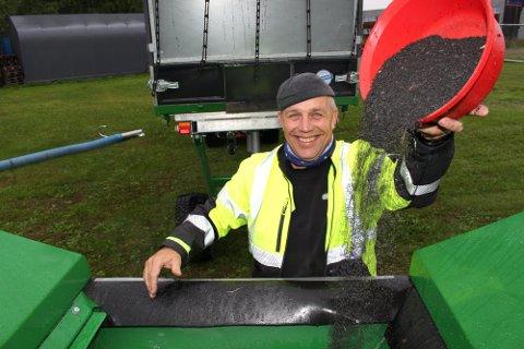 KAN GLISE BREDT: Knut Eilertsen har i en årrekke renset kunstgressbaner i Ullensaker for gummigranulat. Regjeringens nye forskrift gjør trolig konseptet hans ettertraktet i hele Norge.