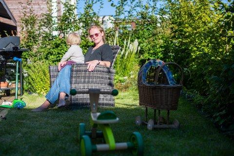 LEI OG FRUSTRERT: Frøya Elise Sóleyjardóttir Snortheim ønsker ikke at datteren skal bli avhengig av mobiltelefon og ipad og flytter til et sted med skjermfri skole. – Jeg hungrer etter andre ting i livet. Jeg ønsker at barnet mitt skal få andre impulser og liker ikke den trenden som er nå, sier hun.