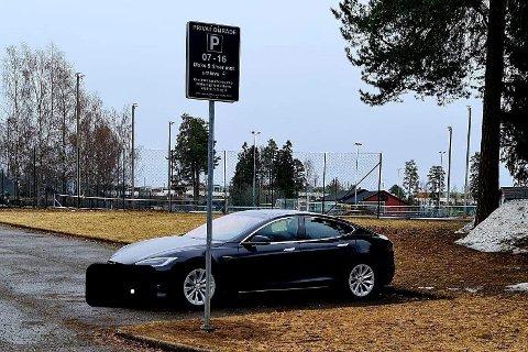 SATTE OPP SKILT: På denne plassen har kommunen lagt merke til avskiltede biler, beboerparkering og annen langtidsparkering, samt noen tilfeller av ferieparkering. Dette blir det nå slutt på.