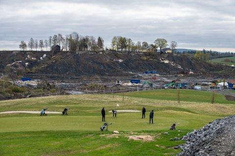 ÅPEN: Gjerdrum Golfklubb kunne omsider åpne banen igjen lørdag. Torsdag formiddag tok flere golfere turen til banen på Ask, med skredgropa som nærmeste nabo.