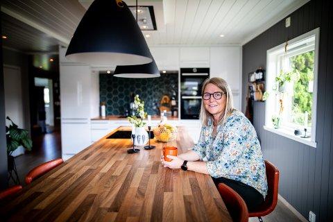 HAR GJORT OM ALT: For nesten 30 år siden kjøpte Trine Bråten og ektemannen huset til foreldrene hennes. I dag framstår det likevel nytt og moderne.