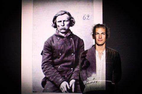 GRAVDE I EN MØRK HISTORIE: Kristian Syversen Gamborg Nilsen (19) ønsket å finne ut mer om sine forfedre som var tatere. Spesielt var han interessert i å finne ut hvordan storsamfunnet behandlet taterne og hvorfor enkelte av forfedrene ble kriminelle. - Oldefar var tater og det visste jeg. Men jeg visste ikke så mye om taterne, og det jeg fant ut var ganske sjokkerende, sier han.
