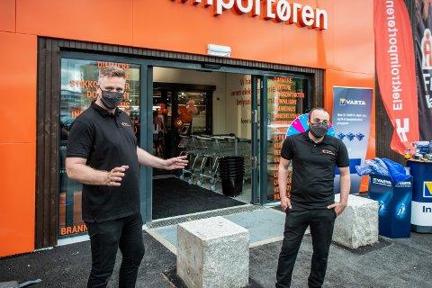 NÅ I BYEN: kjedesjef Espen Getz Taraldsen og varehussjef Chadi har gledet seg til å komme til Jessheim. I dag åpnet de dørene til et splitter nytt varehus.