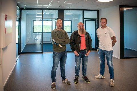 SOLID INVESTERING: Aslak Larsen (f.v.), Hans Petter Trondsen og Espen Stene kjøpte tomt, bygde og skaffet leietakere på egen hånd. Per i dag er nesten alle lokalene leid ut.