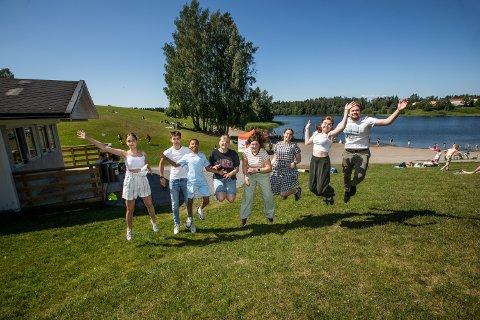Kiosken på Nordbytjernet har ansatt 8 ungdommer fra hele Romerike. Fra venstre: Aleksandra Kowakzyk (15), Martin Jødahl (16), Joshua Aamodt (14), Tomine Aamodt (16), Aurora Berntsen (18), Tuva Kristiansen (18), Linnea Oppsahl Svendsen (17) og Anders Tsukanov (20).