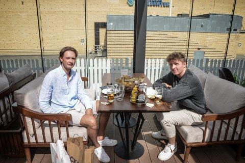 NYTER SOMMERVARMEN: Stian Olsen og Kristoffer Romsaas planlegger tur til Oslo i morgen, og er forberedt på en fullpakket hovedstad.