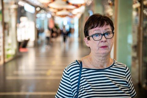 REAGERER: Grethe Lynch er en av flere som reagerer på at mange bruker sparkesykler inne på senteret.
