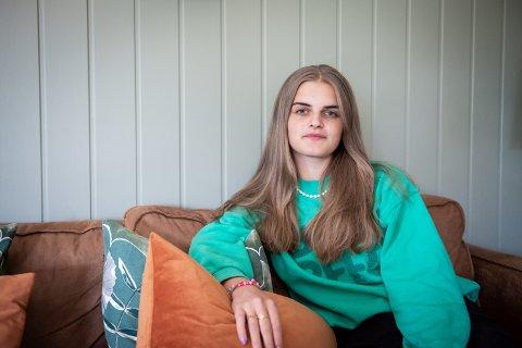 LANGVARIGE SYMPTOMER: – Jeg føler det er ganske opplagt at koronaviruset er skummelt, men jeg vil at folk skal skjønne at det ikke bare er selve infeksjonen som kan være skummel, men også tiden etterpå. Det er kjipt å måtte stoppe opp, og forbedre helsen når man i utgangspunktet var helt frisk, sier Emma Tolderlund Vegel (20) som fem måneder etter smitten fortsatt sliter med å gjennomføre en vanlig dag.