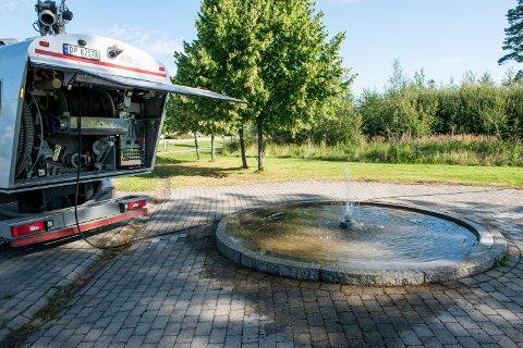 I DRIFT: Beboer på Gystadmyra, Elin Roverudseter, lurte på hvorfor det ikke var vann i fontenen i borettslaget. Kort tid etterpå var kommunen på plass med løsningen.