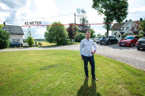 FORSTÅR IKKE: Henrik Ebne er lei av tregt internett, noe han sier gjør situasjonen med hjemmekontor svært vanskelig. Han forstår ikke hvorfor kårboligen på Fløgstad gård kunne få fullverdig internett når det ikke var mulig i hovedhuset 42 meter unna.