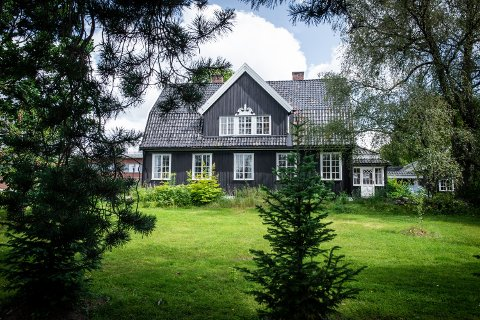 HERSKAPLIG: Villa Sole i Jessheim sentrum ble bygd i 1912 for Garver Finn Ruud. Huset ble tegnet av arkitekt Kristian Biong i nasjonalromantisk stil. Tore Kværner står nå som eier av bygningen, og vil med det gjøre den mer tilgjengelig for folket.
