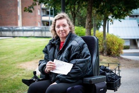 SKUFFET: Irina Marie Løvnæseth og venninnen hadde gjort mye forarbeid for å sikre seg at den elektriske rullestolen fikk plass i flyet. Det hjalp ikke.