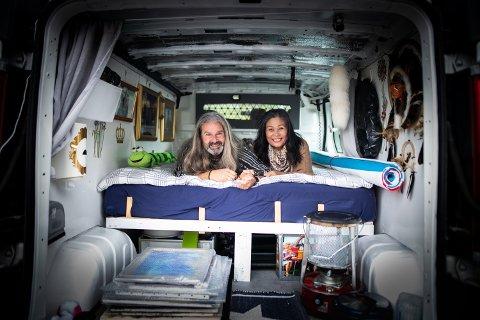 LIVSNYTERE: Freddy Rubach og kjæresten  Jongrak Kornerud møttes på Jessheim for 19 år siden og har holdt sammen siden. Nå reiser de land og strand rundt med varebilen som de har innredet som et hjem.