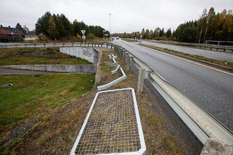 SKIFTER REKKVERK: Viken fylkeskommune er i gang med støyende arbeid på fylkesveien, her i krysset Jessheimvegen/Nordbyvegen.
