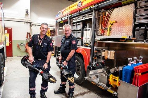 MYE FANCY UTSTYR: Brannmesterne Tor Helge Gran (t.v) og Jim Ringnes er godt fornøyd med de nye frigjøringsverktøyene som går på batteri.
