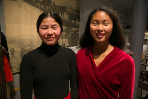 """Runa Peian Skulbru (15) og Lisa Xun Dørmænen (16) har storkost seg med å spille i9 """"Krig er for ingen""""."""